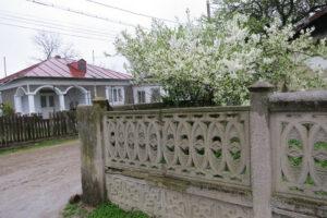 Megbízható kerítés a ház körül